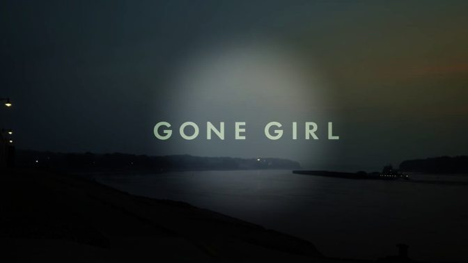 """""""GONE GIRL"""": ΜΙΑ ΜΕΘΥΣΤΙΚΗ ΒΟΥΤΙΑ ΣΤΙΣ ΣΚΟΤΕΙΝΕΣ ΠΤΥΧΕΣ ΤΩΝ ΣΧΕΣΕΩΝ"""